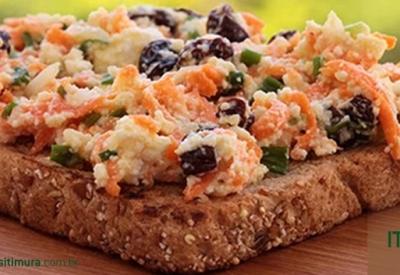 Sanduíche natural de ricota, cenoura agridoce e uva passas
